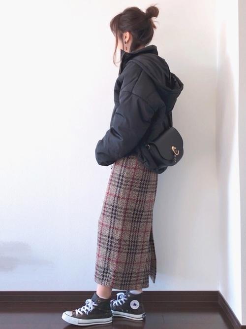 ダウンジャケットを使ったタイトスカートとスニーカーのコーデ