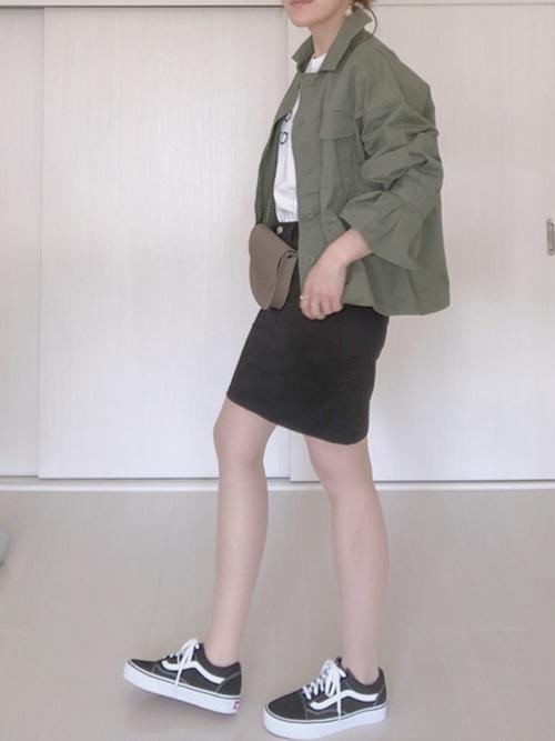 ミリタリージャケットを使ったタイトスカートとスニーカーのコーデ
