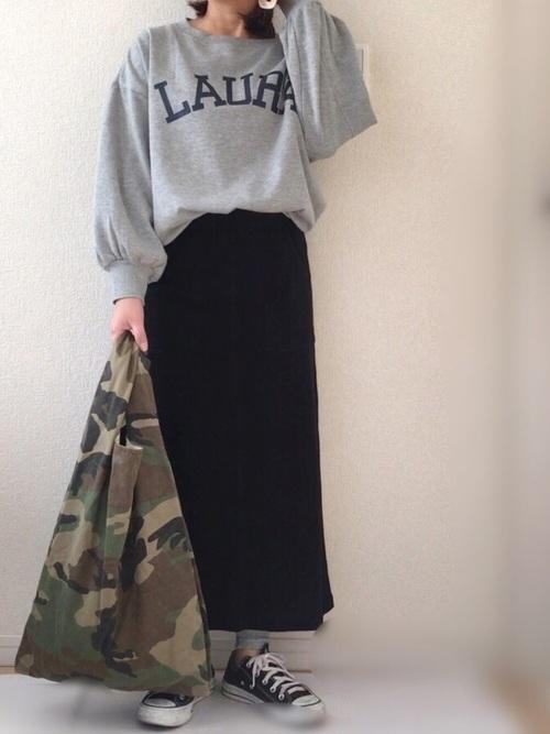 レギンスを使ったタイトスカートとスニーカーのコーデ