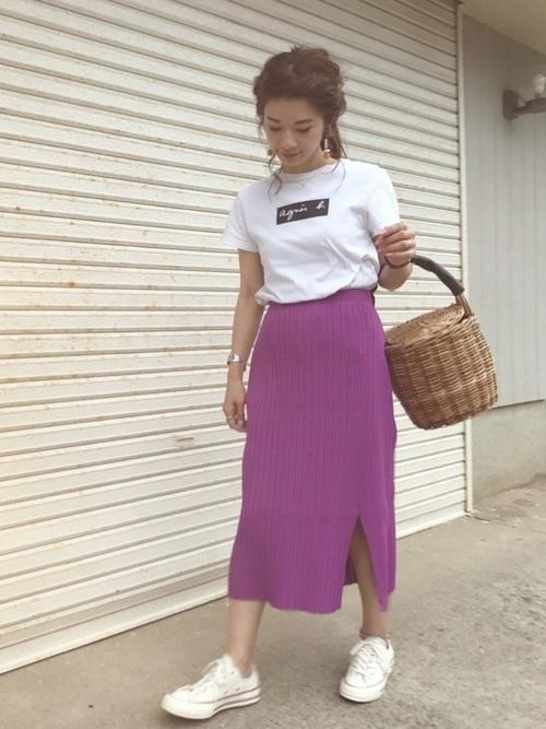 Tシャツを使ったタイトスカートとスニーカーのコーデ