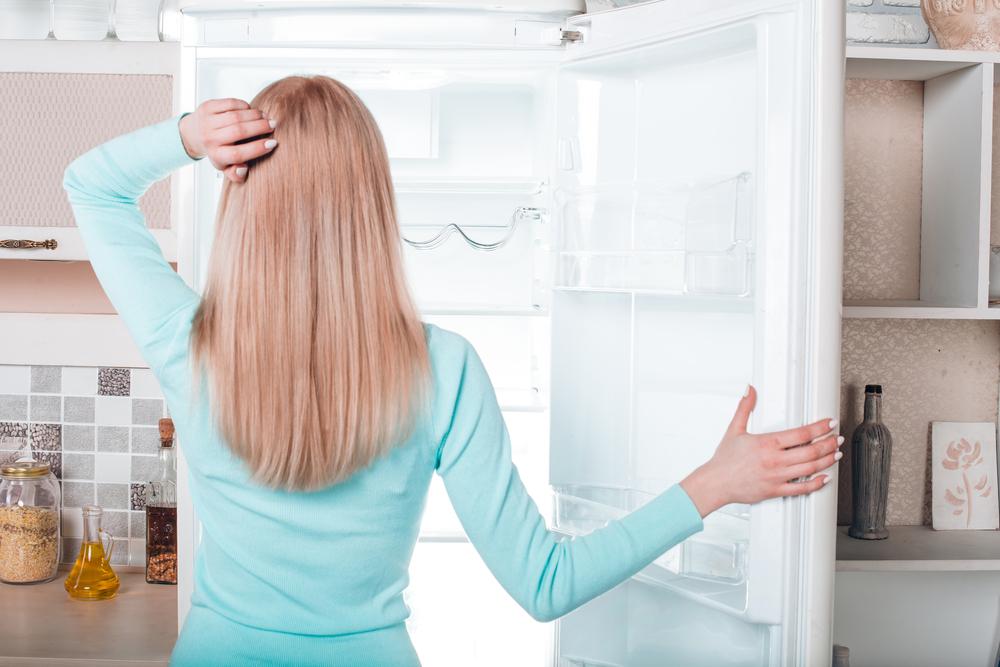 冷蔵庫掃除の準備をしている女性