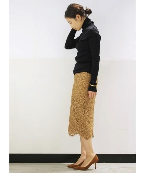 黒タートルネックとタイトスカート