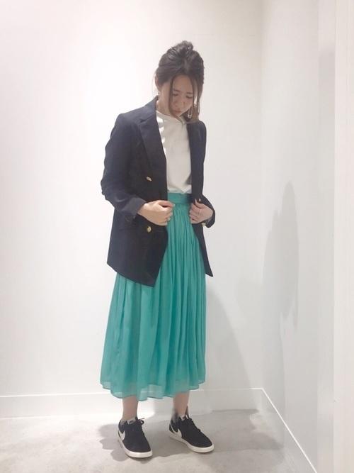 ネイビージャケット×きれい色スカート