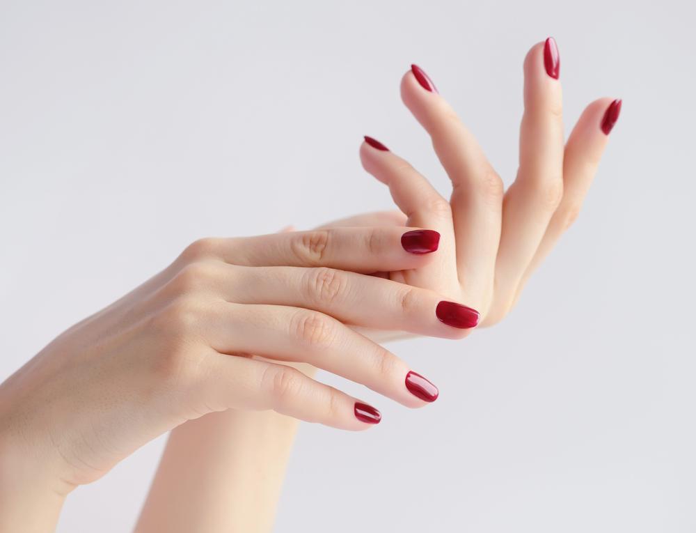 赤いネイルの手