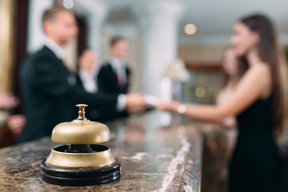 結婚式のコートをホテルのクロークに預ける女性