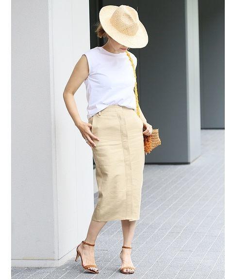 ベージュのスカート×白ノースリ×ラフィア素材のハットのコーデ