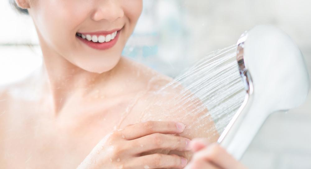 シャワーを浴びている女性