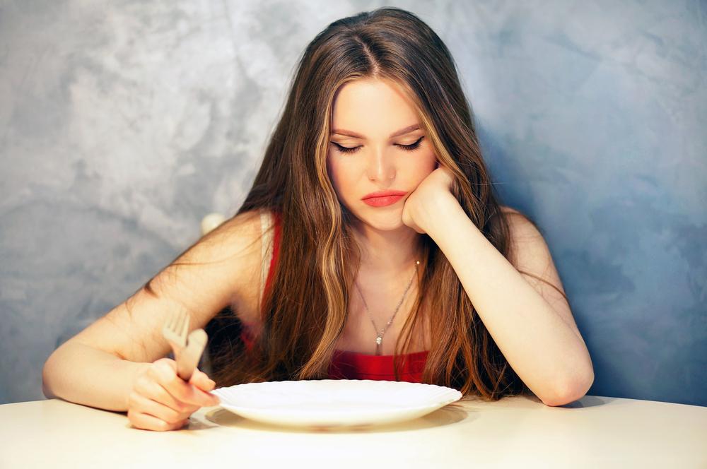 お皿を見る女性