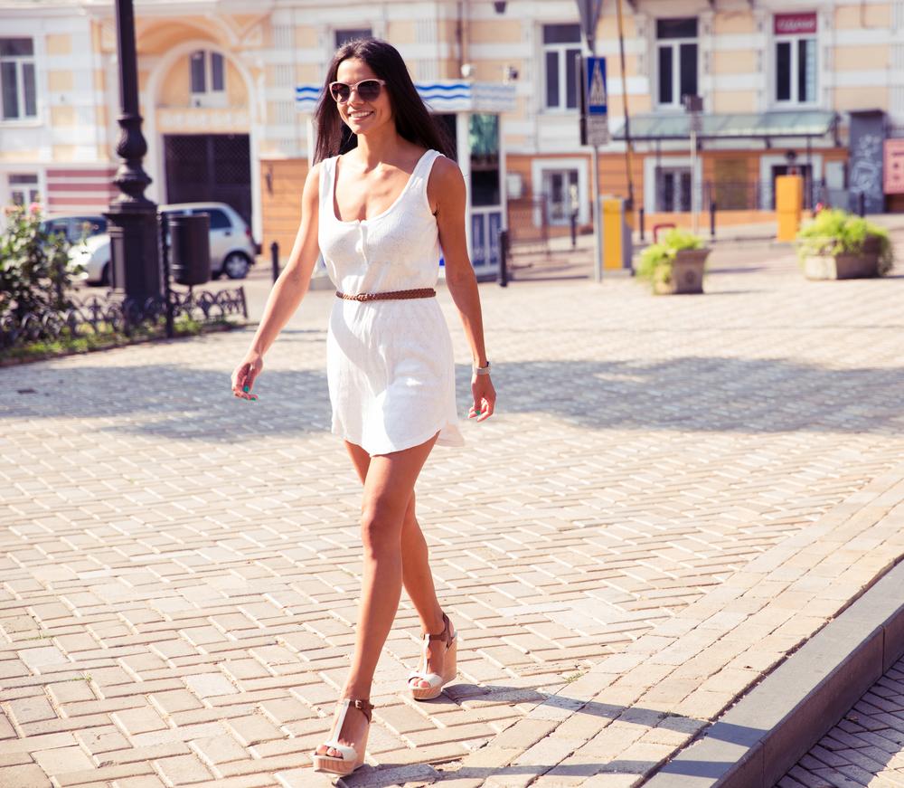 堂々と歩く女性