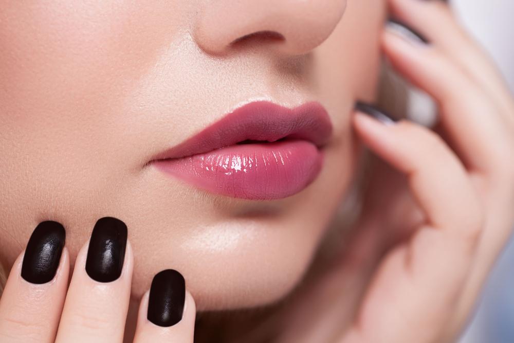 ピンク系のリップを付けた唇