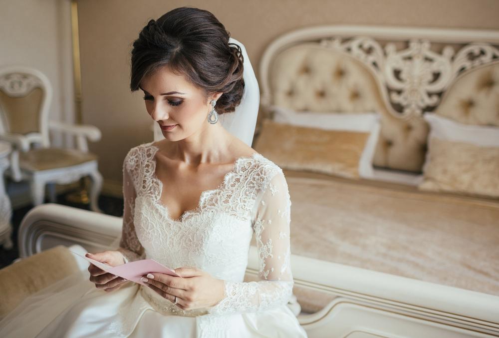祝電を読んでいる花嫁