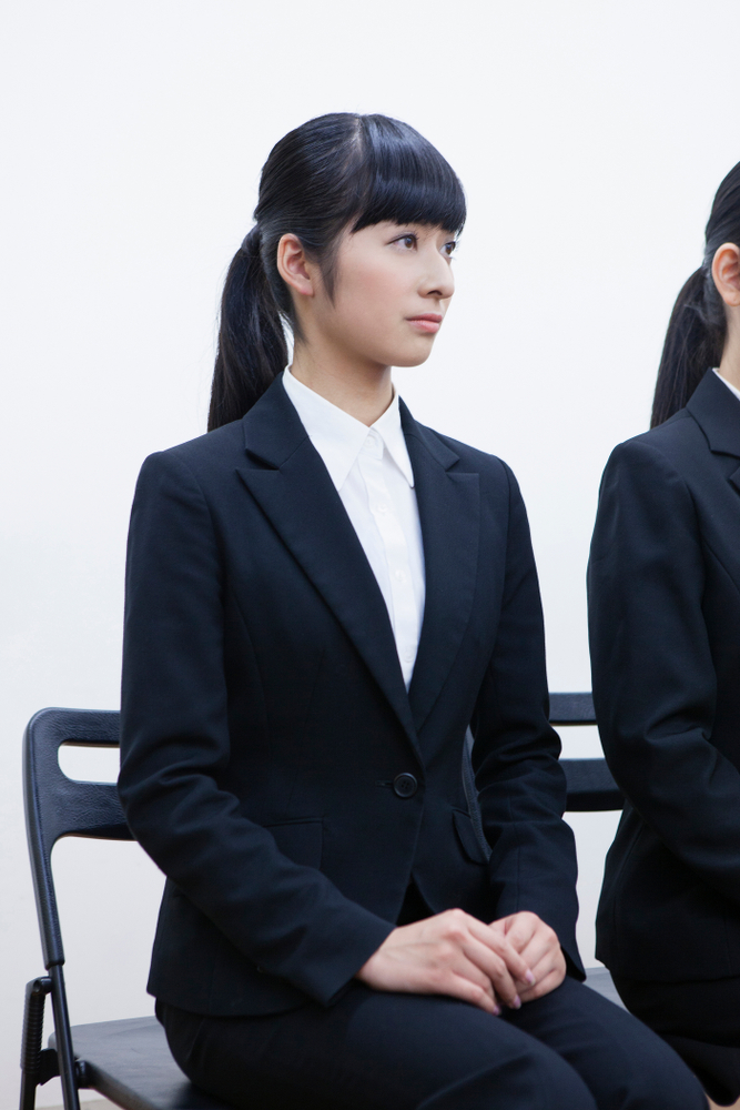 就活スーツを着た女性