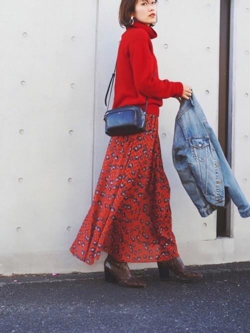 赤タートルニット×柄スカート