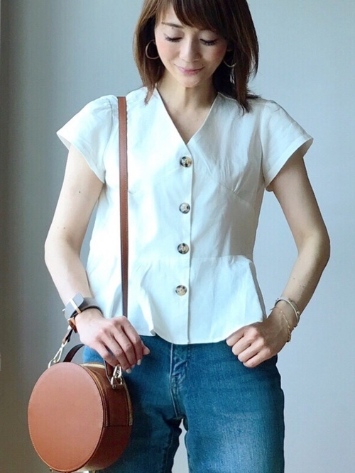 ショート丈のシャツ×ジーンズコーデ