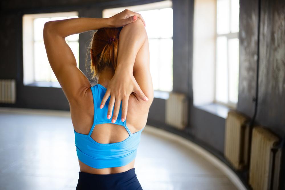 背中のストレッチをする女性