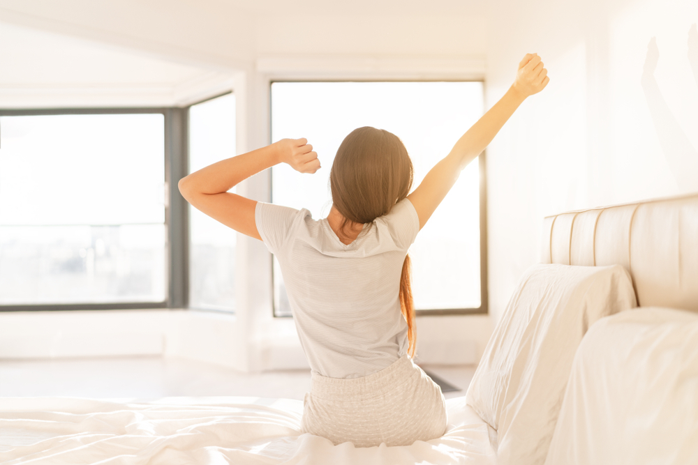 気持ち良く目覚める女性