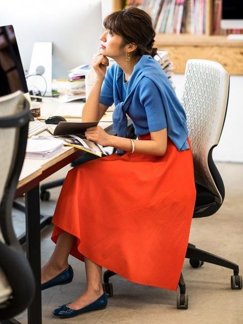 バレエシューズを履いて仕事をする女性
