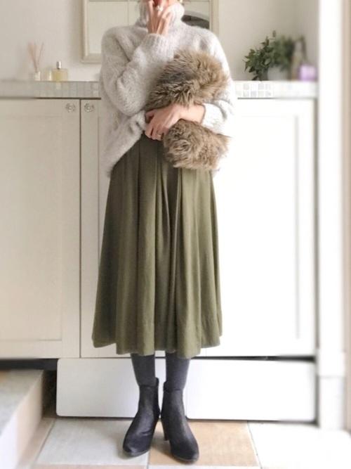 カーキスカートに合う色のタイツのおすすめコーデ