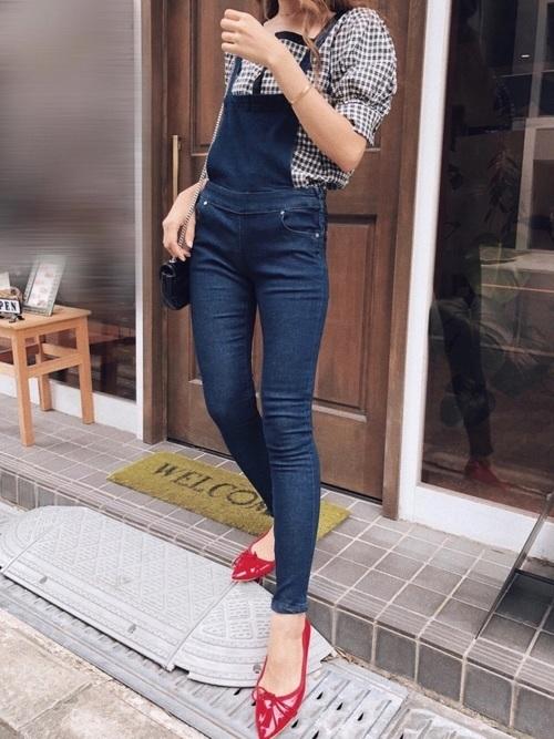 サロペット×赤い靴のコーデ