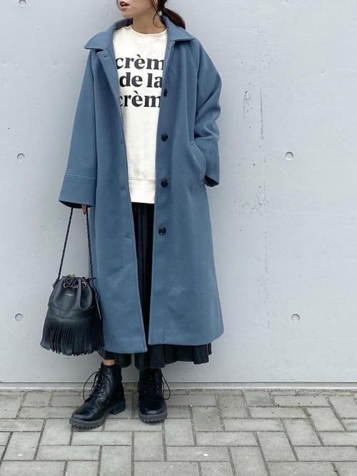 プリーツスカートを使ったブルーコートコーデ
