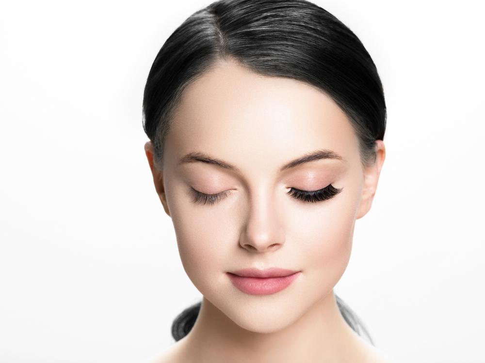片目だけつけまつげをしている女性