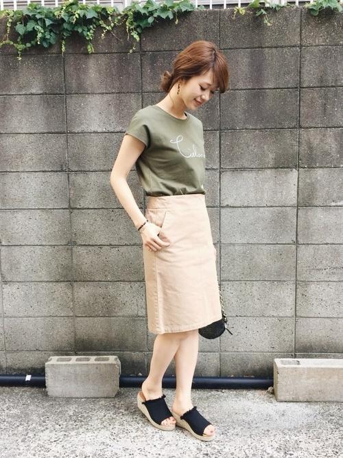 カーキTシャツ×ベージュスカート