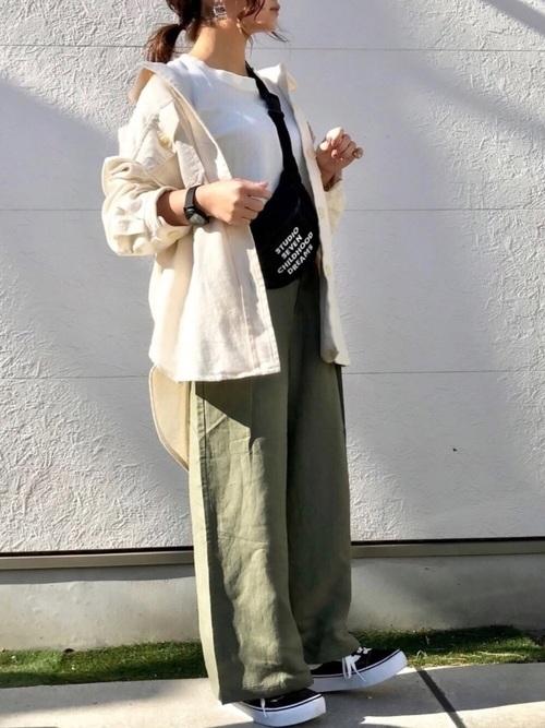 ベージュシャツ×カーキパンツ