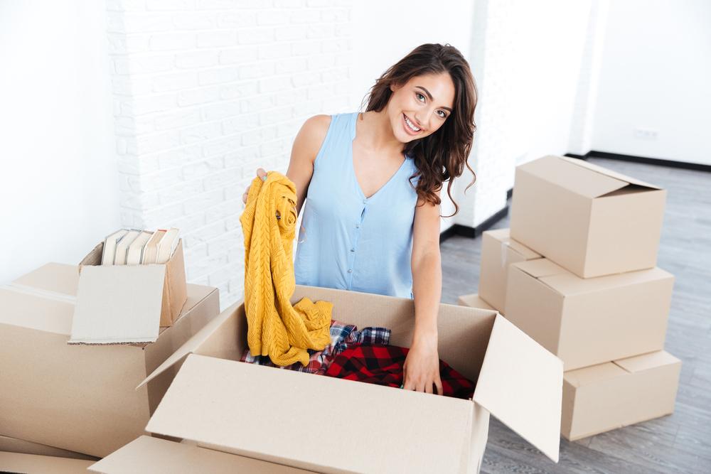 引っ越しの荷造りをしている女性