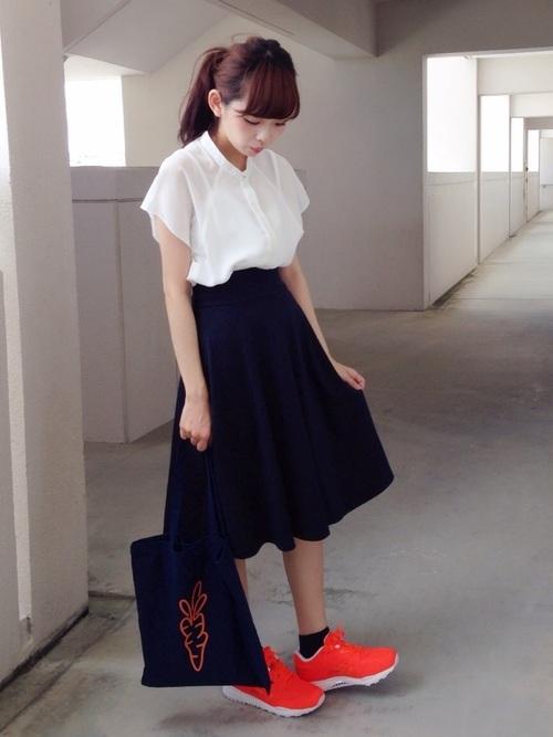 ブラウス×ネイビースカート