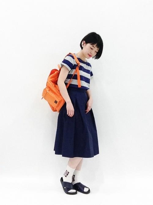 ネイビーコーデ×オレンジバッグ