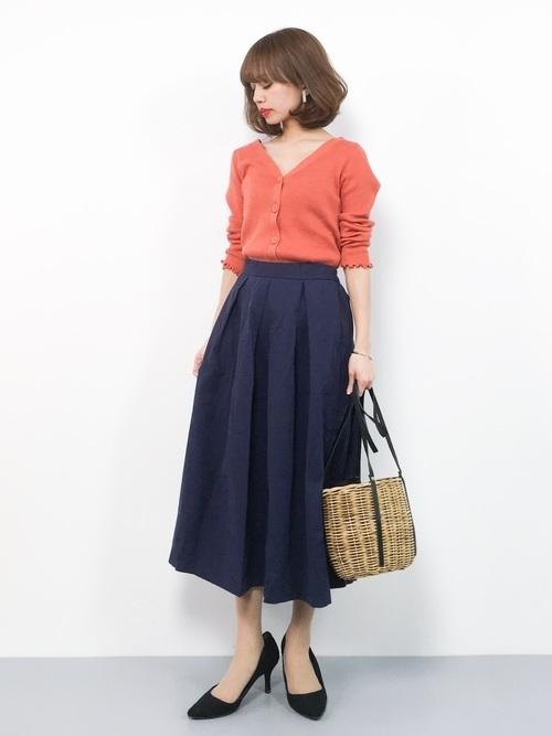 オレンジカーディガン×ネイビースカート