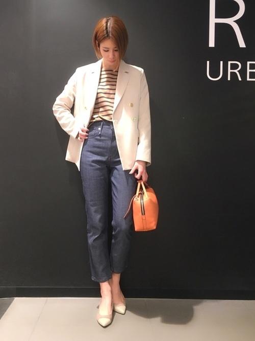 白ジャケット×ネイビーパンツ×オレンジバッグ