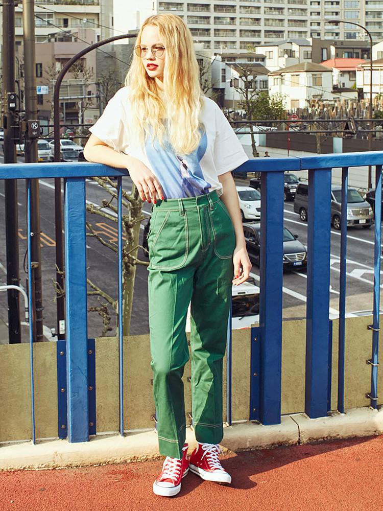グリーンのパンツを合わせたグランジファッション