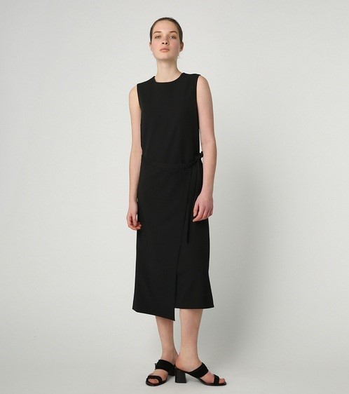 着痩せ効果のあるワンピースを着る女性