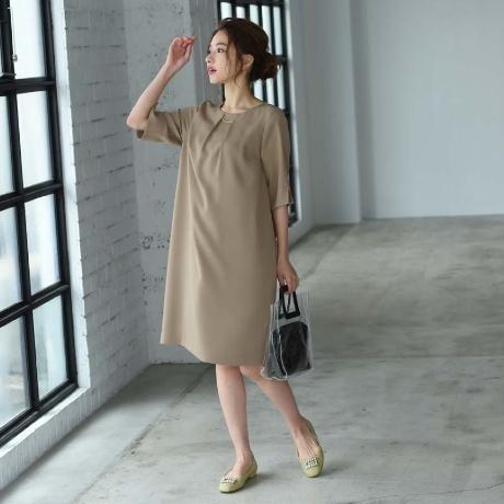 着痩せ効果のあるワンピースを着た女性
