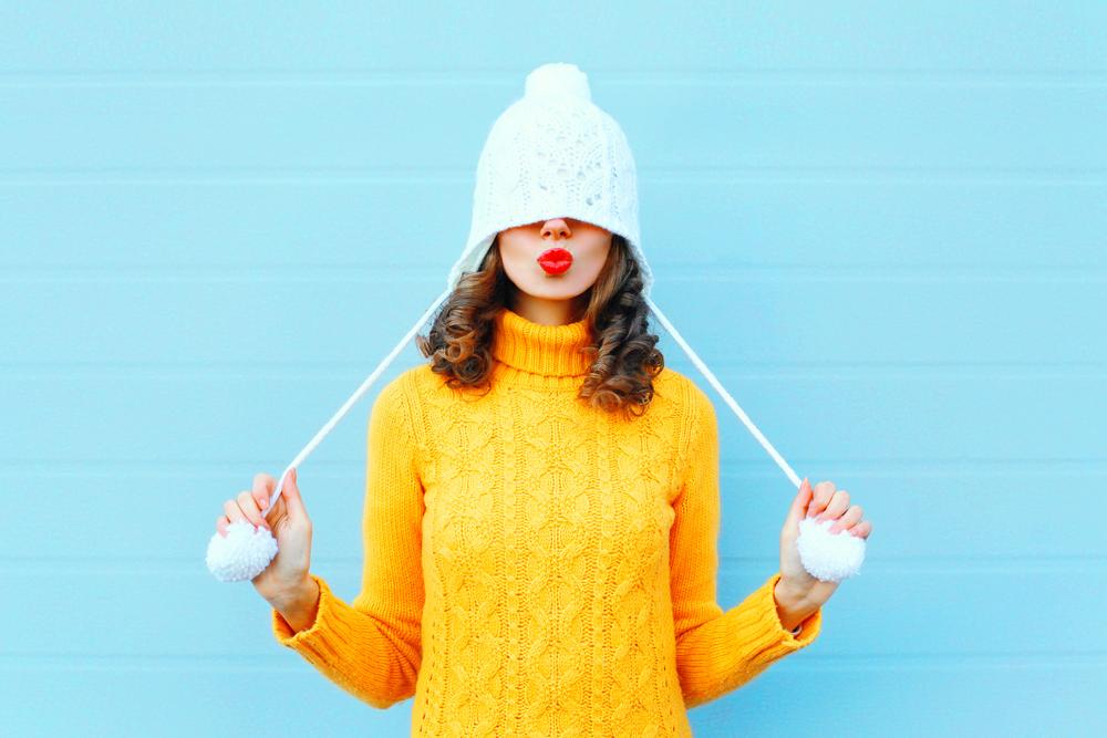 ニット帽を深くかぶっている女性