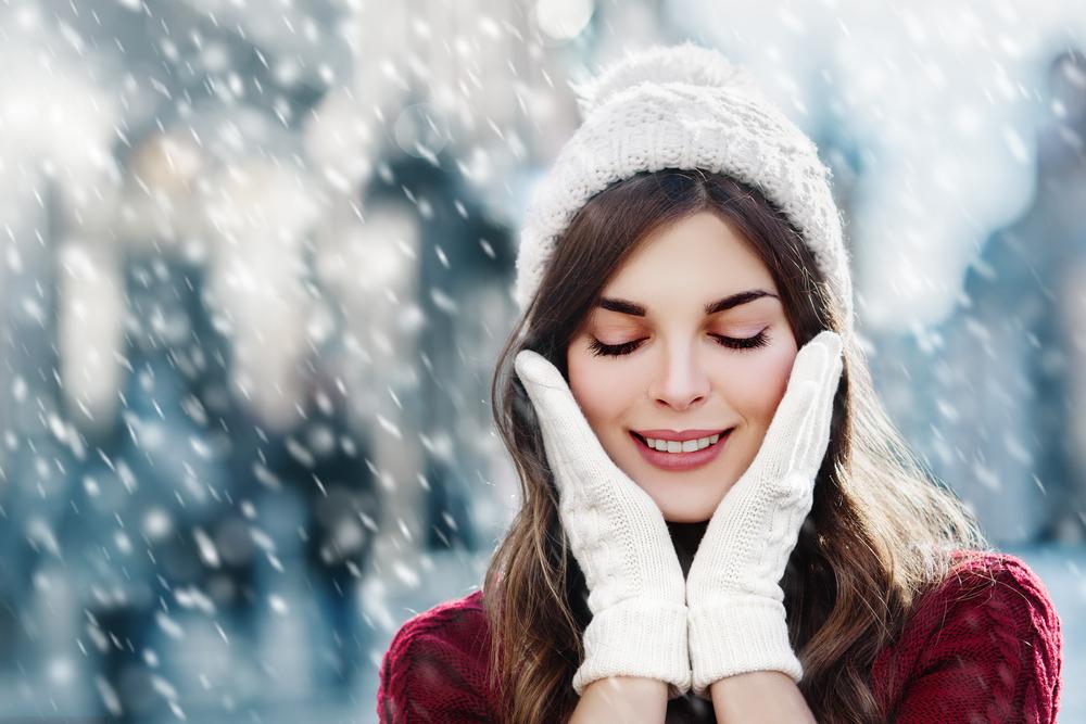 雪が降っている場所にいる女性