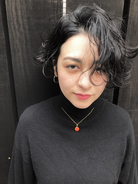 黒髪のかき上げバングヘア