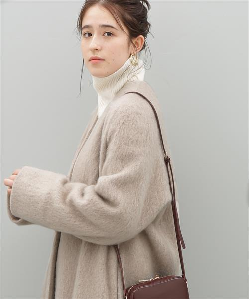 ベージュのノーカラーコートが似合う女性