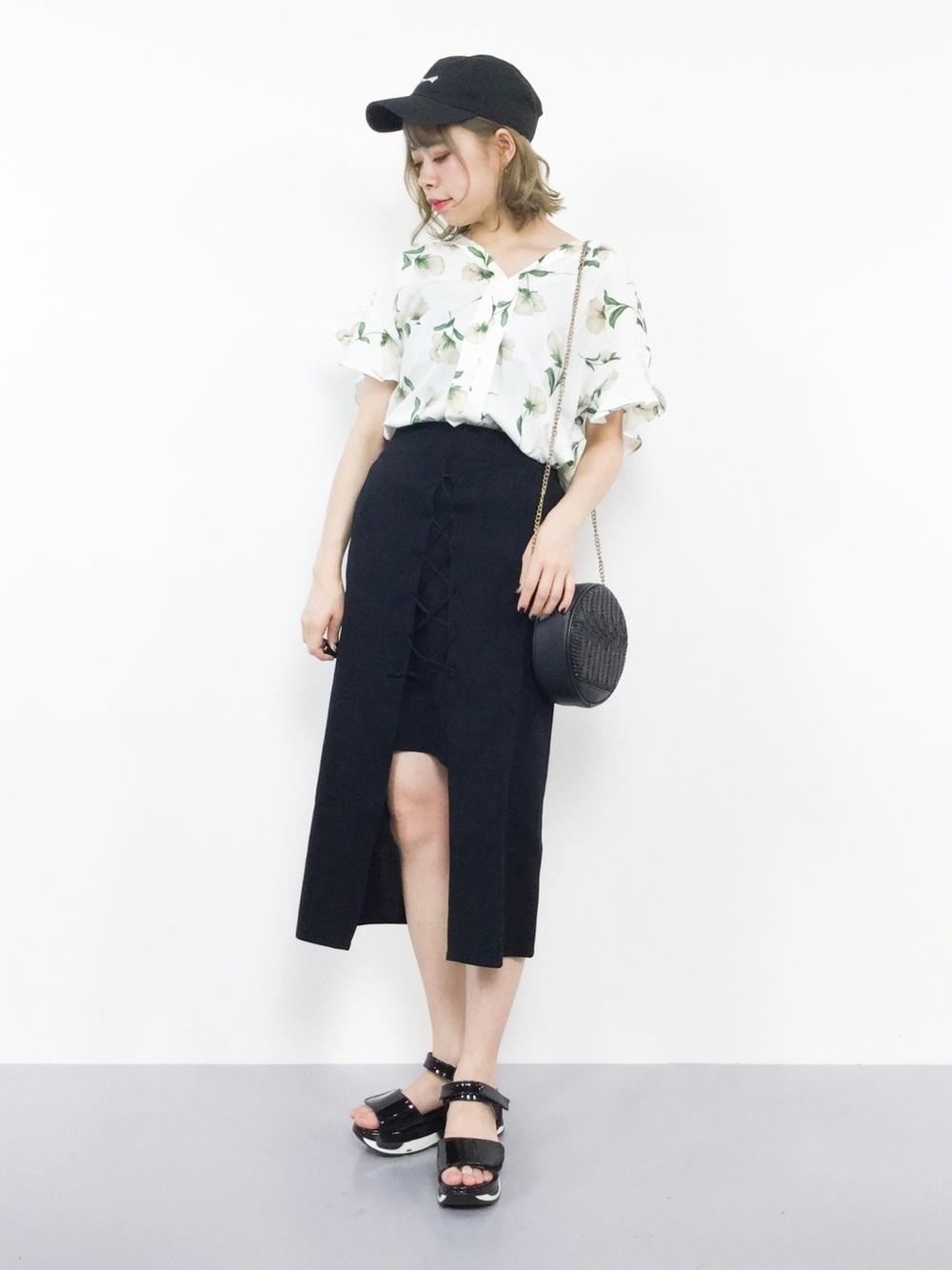 花柄と紺フロントスリットスカート
