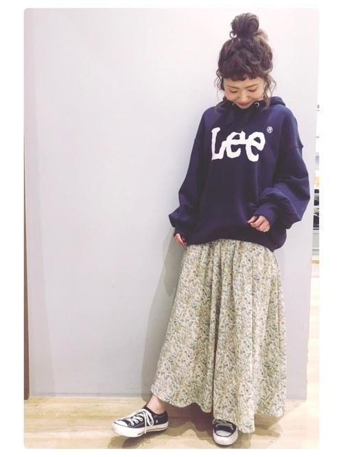 ネイビーパーカーと花柄スカート
