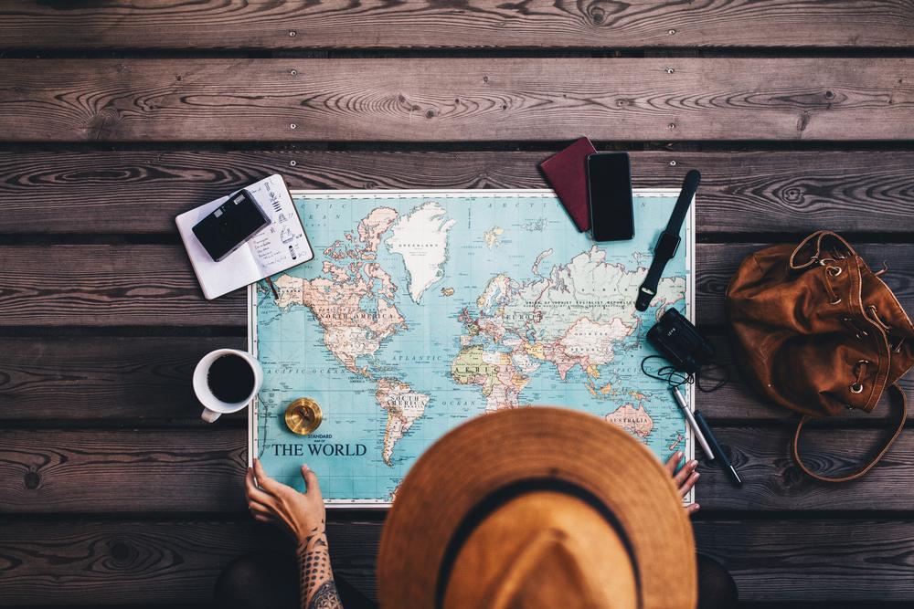 地図を広げる女性