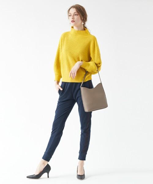 厚手の黄色ニット×シンプルなパンツを合わせた秋コーデ