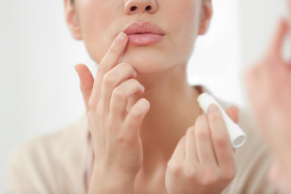 唇のケアをしている女性