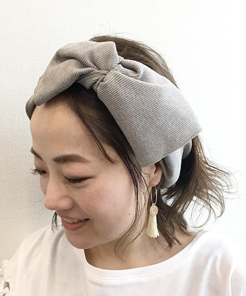 ミディアムヘアの人のヘアバンドコーデ