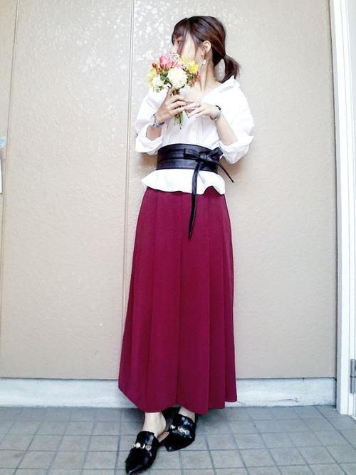 白シャツ×鮮やかなスカートコーデ