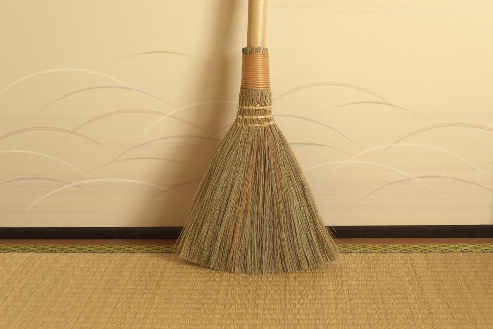 ほうきを使った畳掃除