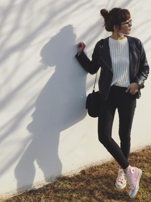 ライダースジャケットを使ったピンク靴コーデ
