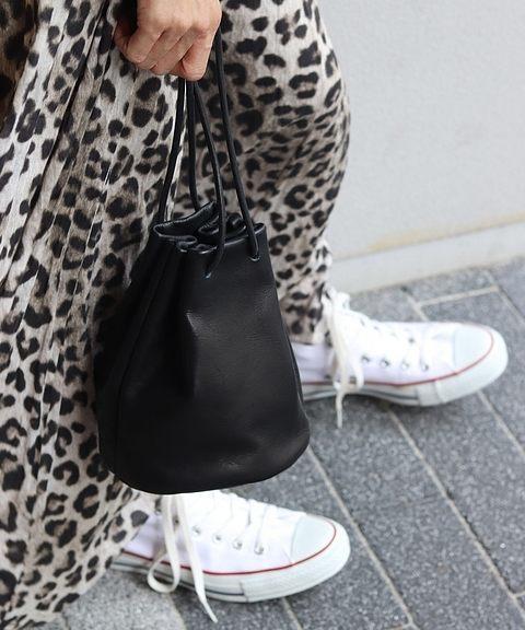 白スニーカーとレオパード柄スカートを使ったコーデ