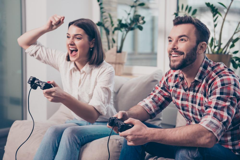 ゲームをしている新婚夫婦